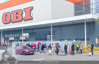 Schlange vorm OBI - OBI Triesterstraße - Di 14.04.2020 - Kunden Andrang Wiedereröffnung der Gartencenter und Baumärkte,4
