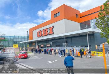 Schlange vorm OBI - OBI Triesterstraße - Di 14.04.2020 - Kunden Andrang Wiedereröffnung der Gartencenter und Baumärkte,5