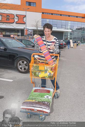 Promis während Corona - Wien - Mi 15.04.2020 - Andrea HÄNDLER kauft sich eine Hängematte für Dachterrasse so2