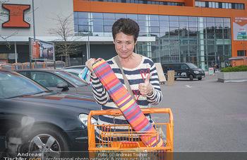 Promis während Corona - Wien - Mi 15.04.2020 - Andrea HÄNDLER kauft sich eine Hängematte für Dachterrasse so3