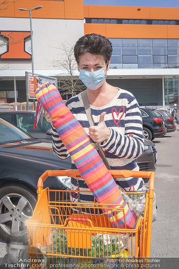Promis während Corona - Wien - Mi 15.04.2020 - Andrea HÄNDLER kauft sich eine Hängematte für Dachterrasse so4