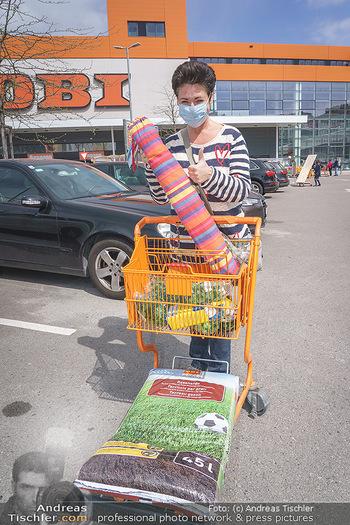 Promis während Corona - Wien - Mi 15.04.2020 - Andrea HÄNDLER kauft sich eine Hängematte für Dachterrasse so5