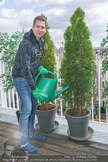 Promis während Corona - Wien - Mi 15.04.2020 - Clemens TRISCHLER gießt seine Pflanzen Thujen auf seiner Dachte6