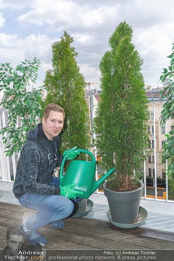 Promis während Corona - Wien - Mi 15.04.2020 - Clemens TRISCHLER gießt seine Pflanzen Thujen auf seiner Dachte7