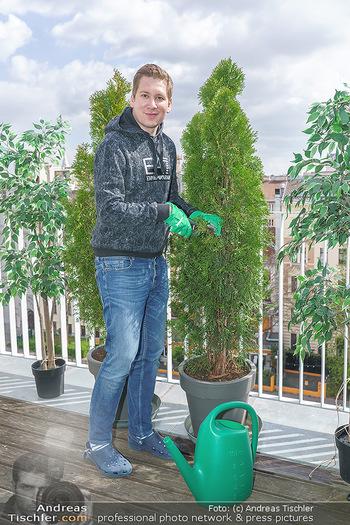 Promis während Corona - Wien - Mi 15.04.2020 - Clemens TRISCHLER gießt seine Pflanzen Thujen auf seiner Dachte8