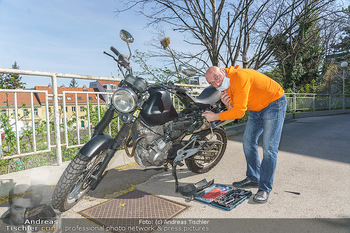 Promis während Corona - Wien - Mi 15.04.2020 - Christoph FÄLBL baut neue Batterie in sein Motorrad ein, nachde11