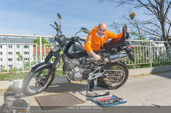 Promis während Corona - Wien - Mi 15.04.2020 - Christoph FÄLBL baut neue Batterie in sein Motorrad ein, nachde12