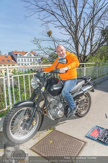Promis während Corona - Wien - Mi 15.04.2020 - Christoph FÄLBL baut neue Batterie in sein Motorrad ein, nachde13