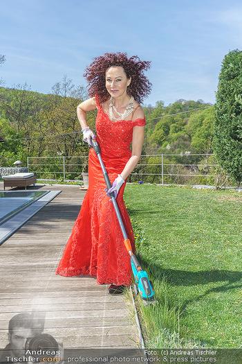 Promis während Corona - Wien - Mi 15.04.2020 - Christina LUGNER beim Gartenarbeiten garteln mit Cocktailkleid i16