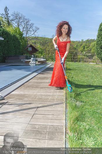 Promis während Corona - Wien - Mi 15.04.2020 - Christina LUGNER beim Gartenarbeiten garteln mit Cocktailkleid i17
