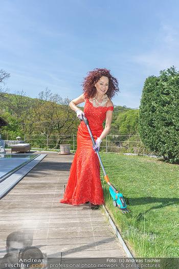 Promis während Corona - Wien - Mi 15.04.2020 - Christina LUGNER beim Gartenarbeiten garteln mit Cocktailkleid i18