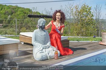 Promis während Corona - Wien - Mi 15.04.2020 - Christina LUGNER mit Cocktailkleid und Buddha Statue mit MNS Mun19