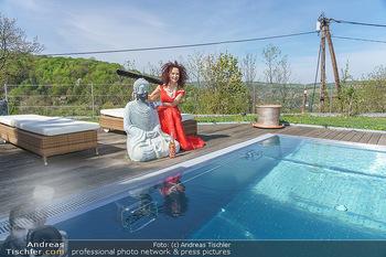 Promis während Corona - Wien - Mi 15.04.2020 - Christina LUGNER mit Cocktailkleid und Buddha Statue mit MNS Mun20