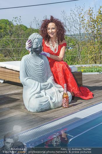 Promis während Corona - Wien - Mi 15.04.2020 - Christina LUGNER mit Cocktailkleid und Buddha Statue mit MNS Mun21