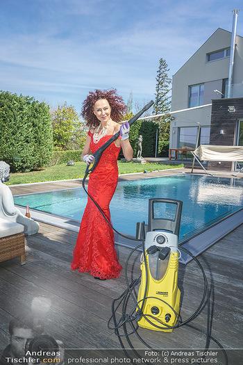 Promis während Corona - Wien - Mi 15.04.2020 - Christina LUGNER mit Cocktailkleid und Kärcher Hochdruckreinige23