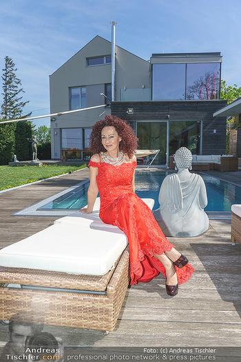 Promis während Corona - Wien - Mi 15.04.2020 - Christina LUGNER mit Cocktailkleid vor Pool und ihrem Haus im Ga24