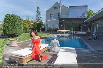 Promis während Corona - Wien - Mi 15.04.2020 - Christina LUGNER mit Cocktailkleid vor Pool und ihrem Haus im Ga25
