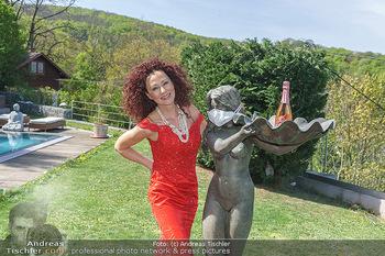 Promis während Corona - Wien - Mi 15.04.2020 - Christina LUGNER mit Cocktailkleid und Statue mit MNS Mundnasens26