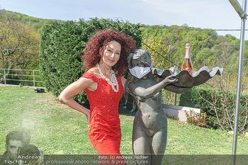 Promis während Corona - Wien - Mi 15.04.2020 - Christina LUGNER mit Cocktailkleid und Statue mit MNS Mundnasens27
