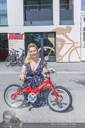 Promis während Corona - Wien - Mi 15.04.2020 - Daniela FALLY kauft Osterhasen Geschenk Kinderfahrrad, da Gesch28