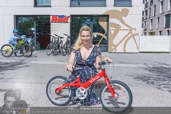 Promis während Corona - Wien - Mi 15.04.2020 - Daniela FALLY kauft Osterhasen Geschenk Kinderfahrrad, da Gesch29