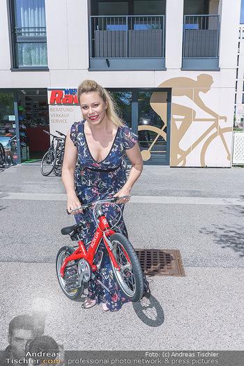 Promis während Corona - Wien - Mi 15.04.2020 - Daniela FALLY kauft Osterhasen Geschenk Kinderfahrrad, da Gesch30