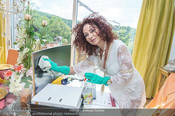 Christina Lugner putzt - Privatvilla, Klosterneuburg - Mo 27.04.2020 - Christina LUGNER putzt den Bildschirm Monitor, Büro home-office1