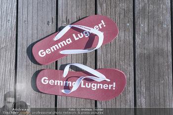 Christina Lugner putzt - Privatvilla, Klosterneuburg - Mo 27.04.2020 - Gemma Lugner Schlapfen Schlappen Badeschlapfen Badeschuhe am Ste5