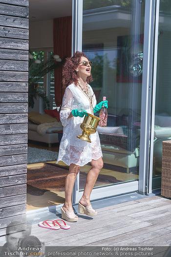 Christina Lugner putzt - Privatvilla, Klosterneuburg - Mo 27.04.2020 - Christina LUGNER gönnt sich nach dem Putzen ein Glas am Pool10