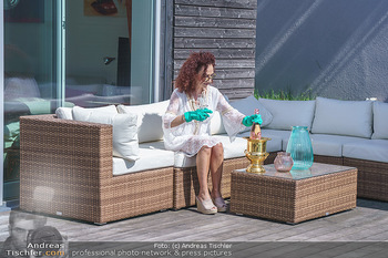Christina Lugner putzt - Privatvilla, Klosterneuburg - Mo 27.04.2020 - Christina LUGNER gönnt sich nach dem Putzen ein Glas am Pool11