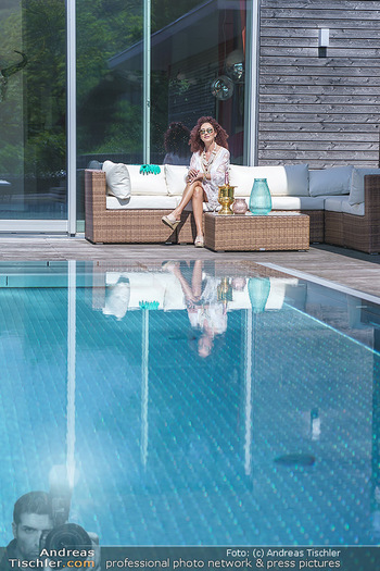 Christina Lugner putzt - Privatvilla, Klosterneuburg - Mo 27.04.2020 - Christina LUGNER gönnt sich nach dem Putzen ein Glas am Pool12