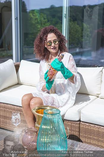 Christina Lugner putzt - Privatvilla, Klosterneuburg - Mo 27.04.2020 - Christina LUGNER gönnt sich nach dem Putzen ein Glas am Pool13