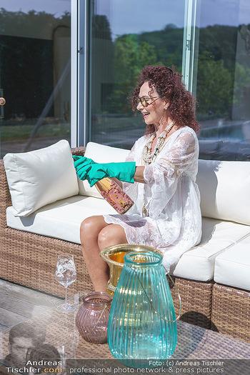 Christina Lugner putzt - Privatvilla, Klosterneuburg - Mo 27.04.2020 - Christina LUGNER gönnt sich nach dem Putzen ein Glas am Pool14