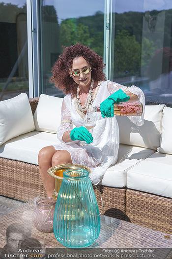 Christina Lugner putzt - Privatvilla, Klosterneuburg - Mo 27.04.2020 - Christina LUGNER gönnt sich nach dem Putzen ein Glas am Pool15