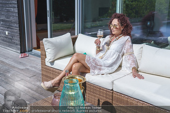 Christina Lugner putzt - Privatvilla, Klosterneuburg - Mo 27.04.2020 - Christina LUGNER gönnt sich nach dem Putzen ein Glas am Pool16