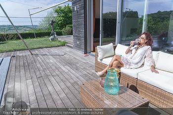 Christina Lugner putzt - Privatvilla, Klosterneuburg - Mo 27.04.2020 - Christina LUGNER gönnt sich nach dem Putzen ein Glas am Pool17