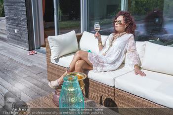 Christina Lugner putzt - Privatvilla, Klosterneuburg - Mo 27.04.2020 - Christina LUGNER gönnt sich nach dem Putzen ein Glas am Pool18