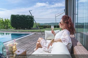 Christina Lugner putzt - Privatvilla, Klosterneuburg - Mo 27.04.2020 - Christina LUGNER gönnt sich nach dem Putzen ein Glas am Pool20