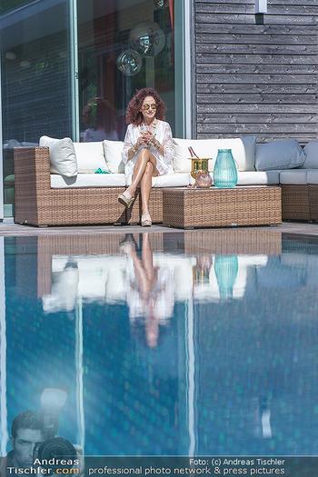 Christina Lugner putzt - Privatvilla, Klosterneuburg - Mo 27.04.2020 - Christina LUGNER gönnt sich nach dem Putzen ein Glas am Pool21