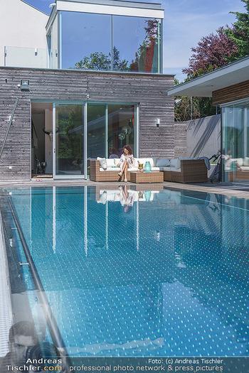 Christina Lugner putzt - Privatvilla, Klosterneuburg - Mo 27.04.2020 - Christina LUGNER gönnt sich nach dem Putzen ein Glas am Pool22