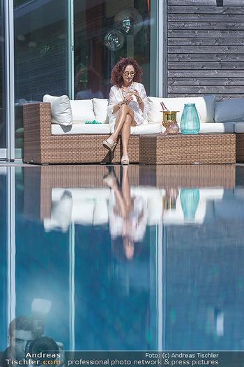 Christina Lugner putzt - Privatvilla, Klosterneuburg - Mo 27.04.2020 - Christina LUGNER gönnt sich nach dem Putzen ein Glas am Pool23