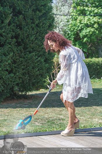 Christina Lugner putzt - Privatvilla, Klosterneuburg - Mo 27.04.2020 - Christina LUGNER beim Rasentrimmen im Garten24