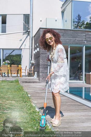 Christina Lugner putzt - Privatvilla, Klosterneuburg - Mo 27.04.2020 - Christina LUGNER beim Rasentrimmen im Garten25