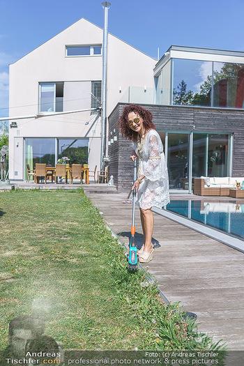 Christina Lugner putzt - Privatvilla, Klosterneuburg - Mo 27.04.2020 - Christina LUGNER beim Rasentrimmen im Garten26