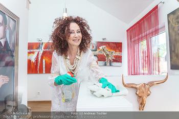 Christina Lugner putzt - Privatvilla, Klosterneuburg - Mo 27.04.2020 - Christina LUGNER beim Staubwischen im Stiegenhaus33
