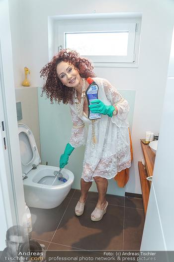 Christina Lugner putzt - Privatvilla, Klosterneuburg - Mo 27.04.2020 - Christina LUGNER putzt die Toilette, WC, Klo mit Klobesen35