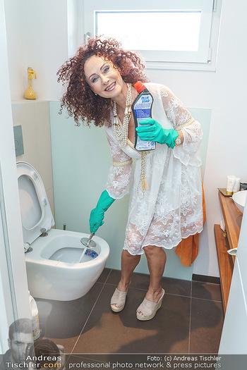 Christina Lugner putzt - Privatvilla, Klosterneuburg - Mo 27.04.2020 - Christina LUGNER putzt die Toilette, WC, Klo mit Klobesen36