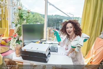 Christina Lugner putzt - Privatvilla, Klosterneuburg - Mo 27.04.2020 - Christina LUGNER putzt den Bildschirm Monitor, Büro home-office41