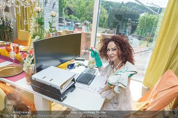 Christina Lugner putzt - Privatvilla, Klosterneuburg - Mo 27.04.2020 - Christina LUGNER putzt den Bildschirm Monitor, Büro home-office42