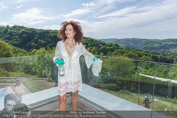 Christina Lugner putzt - Privatvilla, Klosterneuburg - Mo 27.04.2020 - Christina LUGNER putzt Glas47